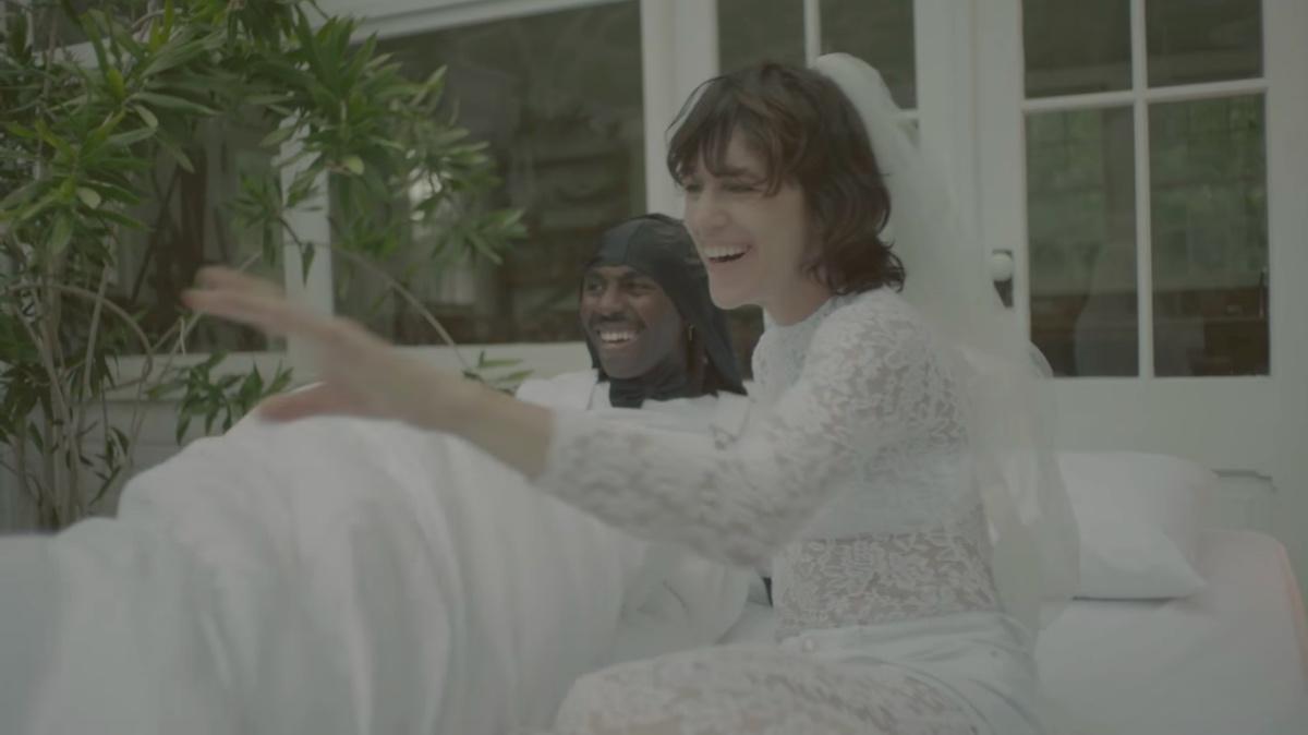 Шарлотта Генсбур сняла дочерей в своем новом клипе